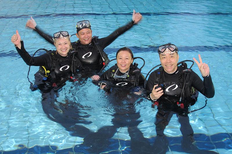 洪慧芳、王昱清、陈澍城、向云为拍摄《长辈甜心》学习潜水。