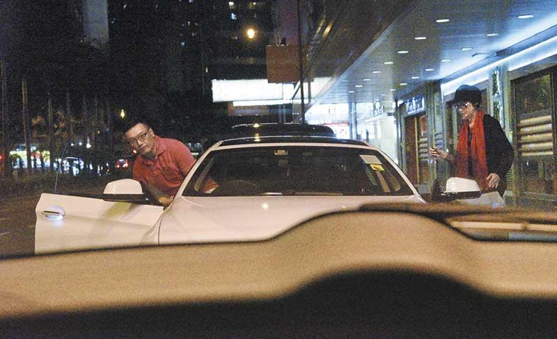 黑面上车 三哥最后成功夺回车匙面臭臭上车,当街捱骂的三嫂只好无奈返回乘客位。