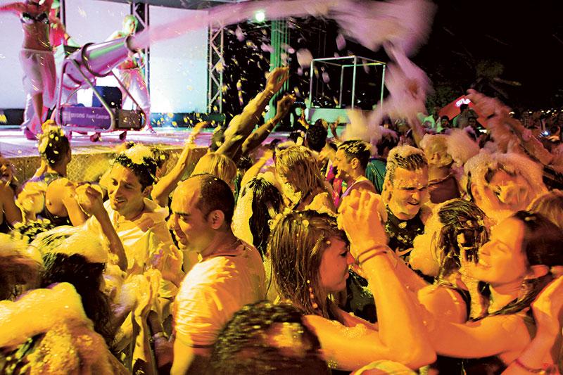 Bodrum市中心有大量夜场,酒池肉林晚晚上演!