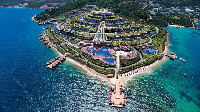 座于Zeytinlikahve的Jumeirah Bodrum Palace Hotel,自成一国,内有8个泳池、8间餐厅、3间酒吧、水上活动中心等配套,就算前往Bodrum市中心也不过10分钟车程。