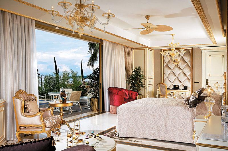 """酒店格调贯彻酋长口味,135间客房中最豪华是内有6间豪华主人套房的""""皇宫""""!"""