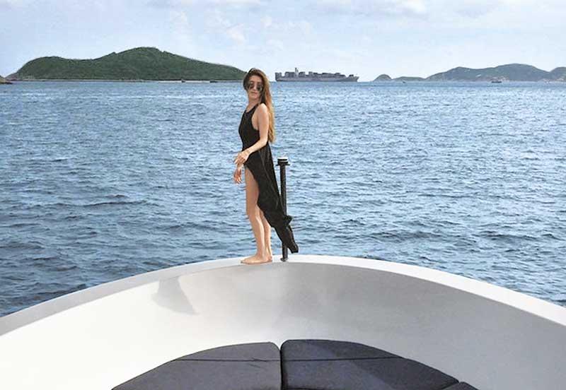 美人鱼待钓 热爱出海的谢婷婷,一件式泳装还要加条拖尾,婀娜多姿。