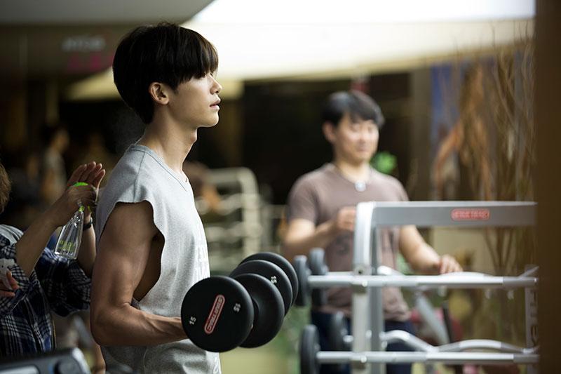 变身肌肉男 在《上流社会》中,原本身材瘦削的朴炯植,竟有非常Man的健身房锻炼画面,展现自己手臂上的肌肉线条!