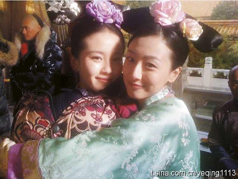 叶青(右)拍摄《步步惊心》时跟女主角刘诗诗合照。