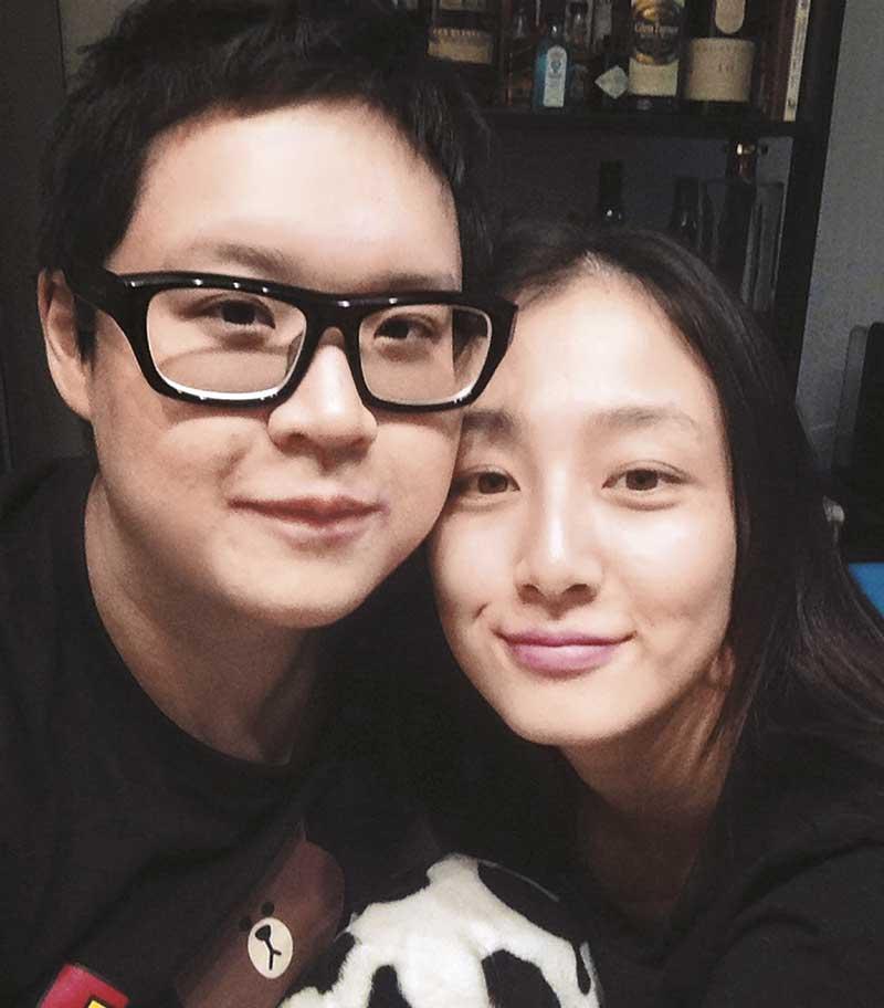 朱晓彤甚少将和密友、中国演员叶青(右)合照放在社交网,这张照片朱晓彤声称喝醉后拍的,难得是头贴头。