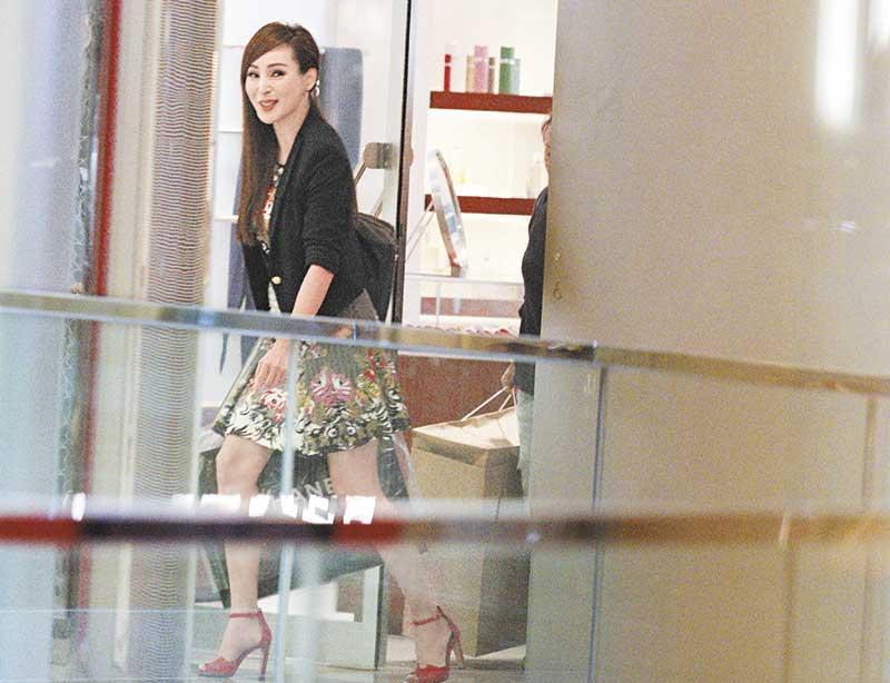 7月23日 血洗名店 近来曝光率极高的罗霖,经常强调自己辛苦赚钱,一天连攻Chanel、Hermes两名店,利落扫走两大袋战利品,手袋和鞋子保守估计要8万港元。