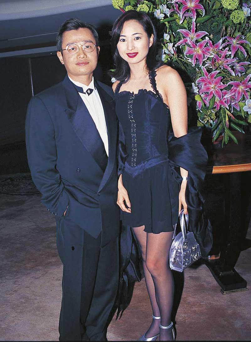 人前恩爱16年 罗霖1991年夺亚姐冠军,被誉为那个年代最大方得体的亚姐。刘坤铭少年得志,为当时社交界一号王老五,先后与多名女星传绯闻,之后追求比自己年轻10年的罗霖,1996年奉子成婚,2012年宣布分居。