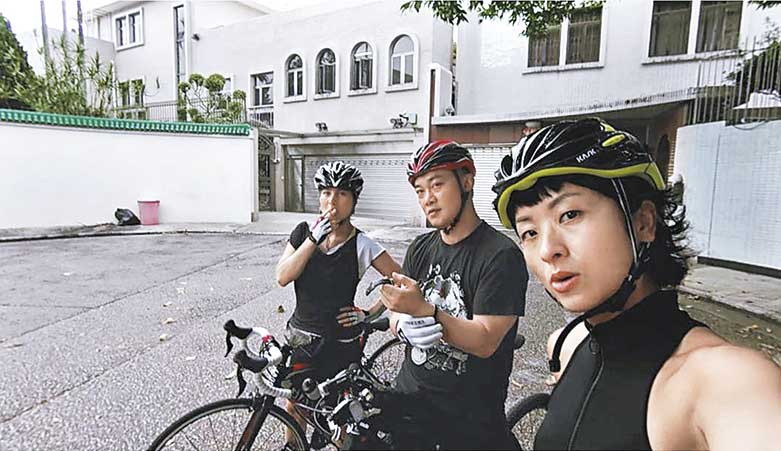 Eason骑单车 Eason与何超仪等全副装备骑单车,不过不知道有多少恒心?!