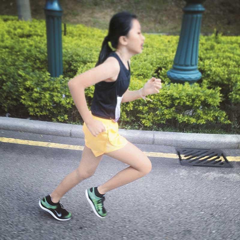 阿徐积极训练康堤跑步。