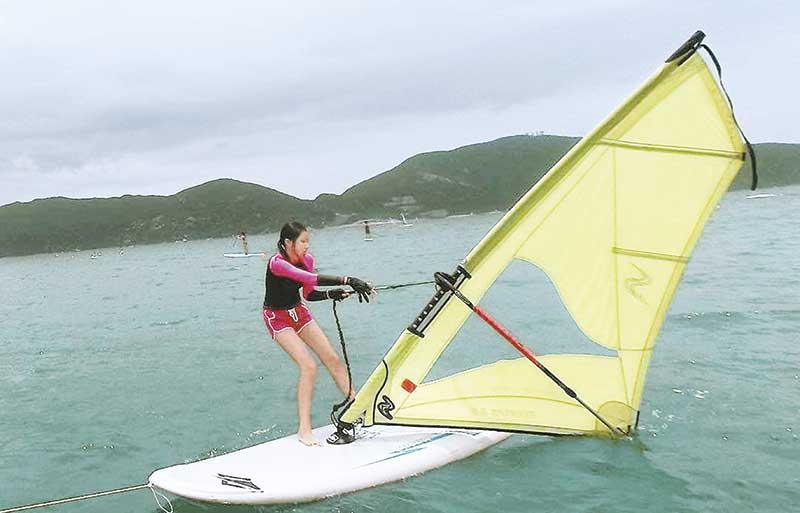 康堤练风帆 康堤最近趁暑假去赤柱学玩风帆,表现有板有眼;风帆照一出,即被网友赞美腿及封长腿女神。