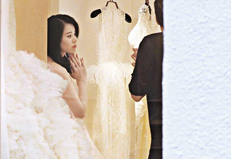 胡杏儿为年底婚事瘦了近一圈,好在瘦身不瘦胸,试穿深V婚纱时,上围还撑得住。