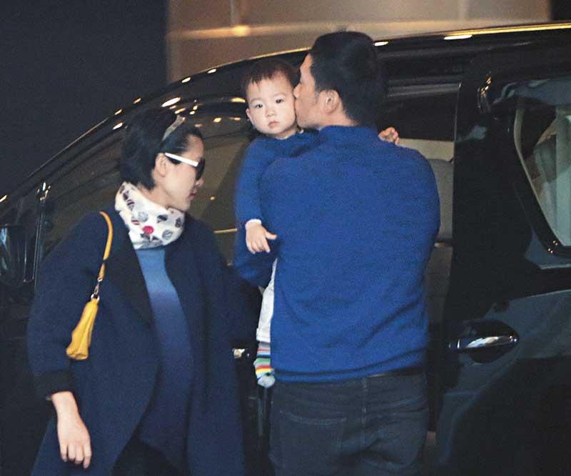 两子尚幼,分别1岁半和5个月大,妻儿是陈豪赚钱的最大动力但又成为他不忍北上掘金的最大理由。