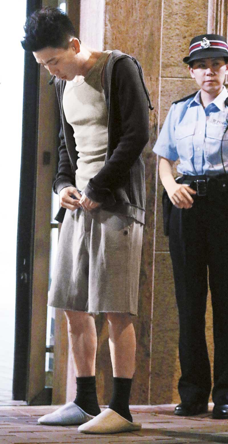 稍后时间,已换上另一戏服的Bosco当街整理裤头带,动作惹人遐想。