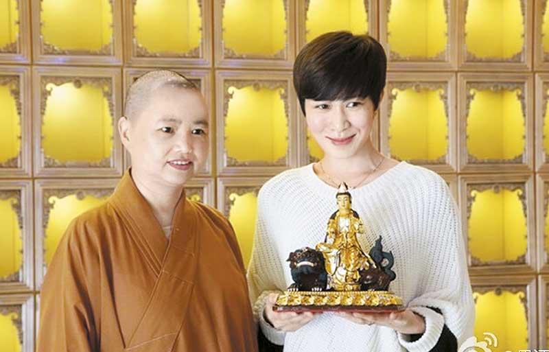 自小信佛的佘诗曼,近年活跃于佛教活动,曾随大宝法王十七世出海放生,又捐钱给泰国民间慈善机构捐棺材。