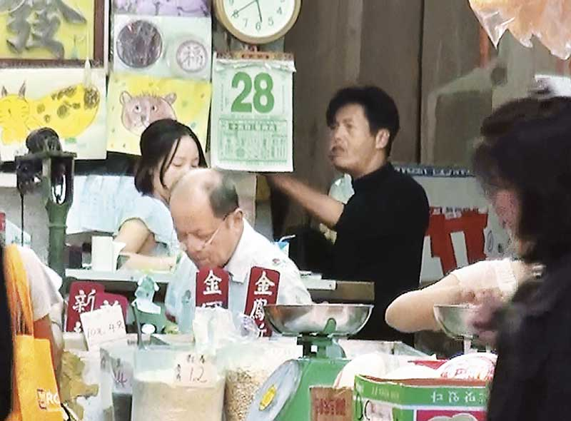 发哥和档主很熟络,还在店里又吃又玩,还像在自己家里一样!