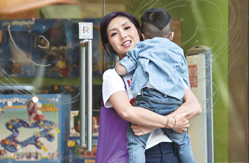 Torres扁嘴离开玩具店,杨千嬅立即抱起他呵护。