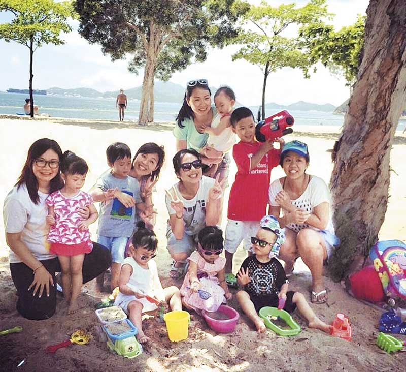 为子应酬 杨千嬅在烈日当空下陪子出席同学及家长们聚会,母爱真伟大。