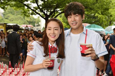 收视报捷 由崔智友与李相仑主演的tvN电视剧《第二个二十岁》正在韩国热播,由于两人曾在制作发布会上承诺,若收视率突破3%,就会来到校园请喝冰咖啡。结果第1集的收视为3.57%,后面集数更是直线攀升,他们也已在9月中履行约定到校园派发600份咖啡请大家畅饮。
