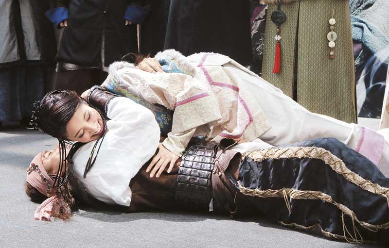 被洪永城在地上熊抱的陈凯琳不仅没反抗,而且一脸享受,早已将所谓正印男友郑嘉颖拋诸脑后。