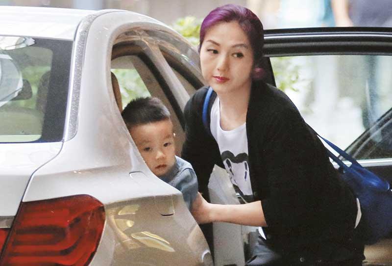 杨千嬅下车时黑口黑脸、还扁嘴,样子非常不满!