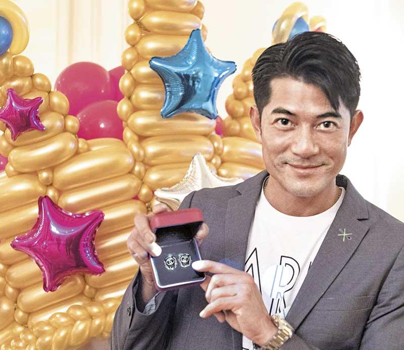 Aaron获赠特别订制的心形闪钻版AARON X iPANDAS慈善袖钮做生日礼物,袖钮由Aaron参与设计,所得善款全数拨捐郭富城国际慈善基金。