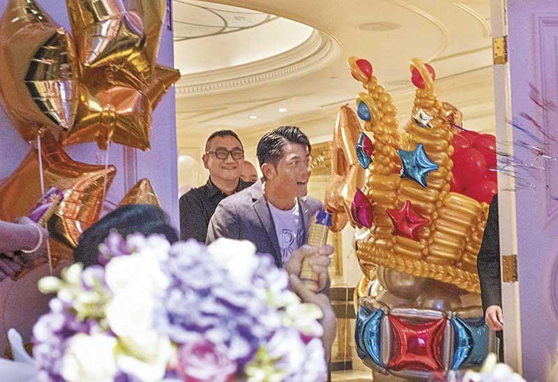 """派对现场经过悉心布置,最特别是门口放置了巨型皇冠气球,原来是配合Aaron""""舞台王者""""的称号。"""