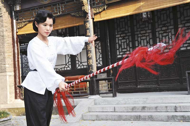 胡杏儿在剧中饰演京剧名旦顾小楼,不时要表演功架,耍樱枪都很有姿势!