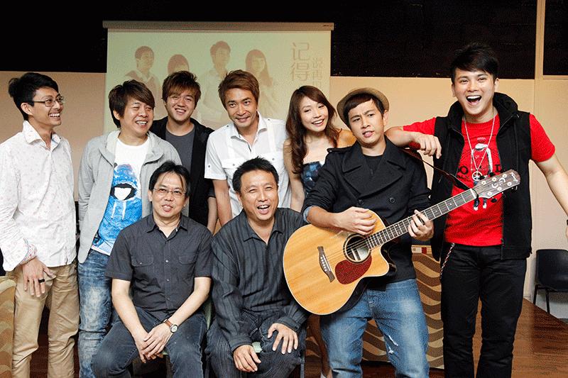 郑斌辉(后排左四)2011年底曾参与《记得说再见》舞台剧,其他演出者包括黎沸挥、姚懿珊、潘嗣敬、沈炜竣、许美静等。