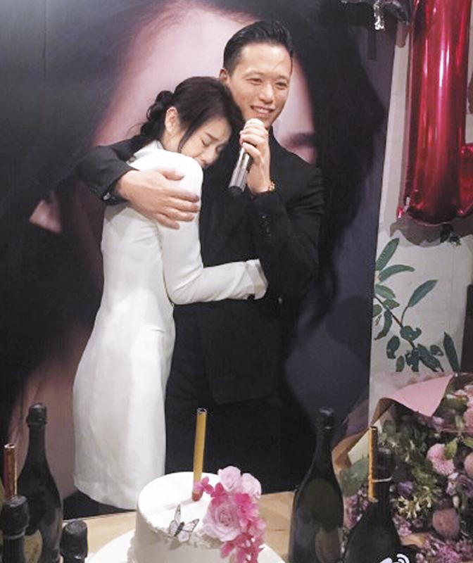11月6日 订婚生日派对 派对上,Philip正式宣布婚期,胡杏儿抱紧老公,一副小女人的幸福模样。