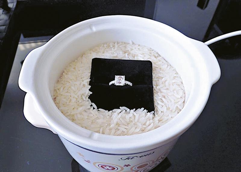 Philip的facebook放了他向胡杏儿求婚的饭煲加求婚戒指,寓意要对方做自己的煮饭婆,令胡杏儿惊喜万分。