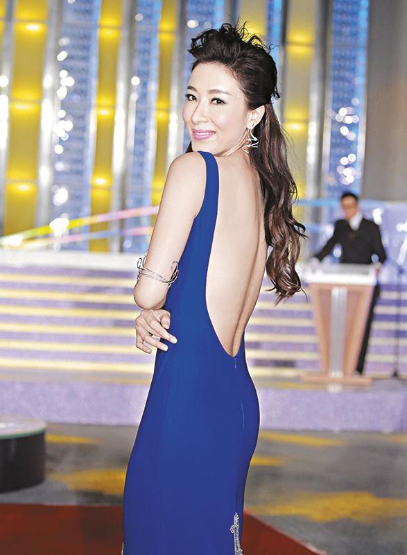 后deep V抢镜 杨怡穿上紫蓝色大露背晚装,尽秀身材,但她全程走走站站的,没有主动走近和客户交流。