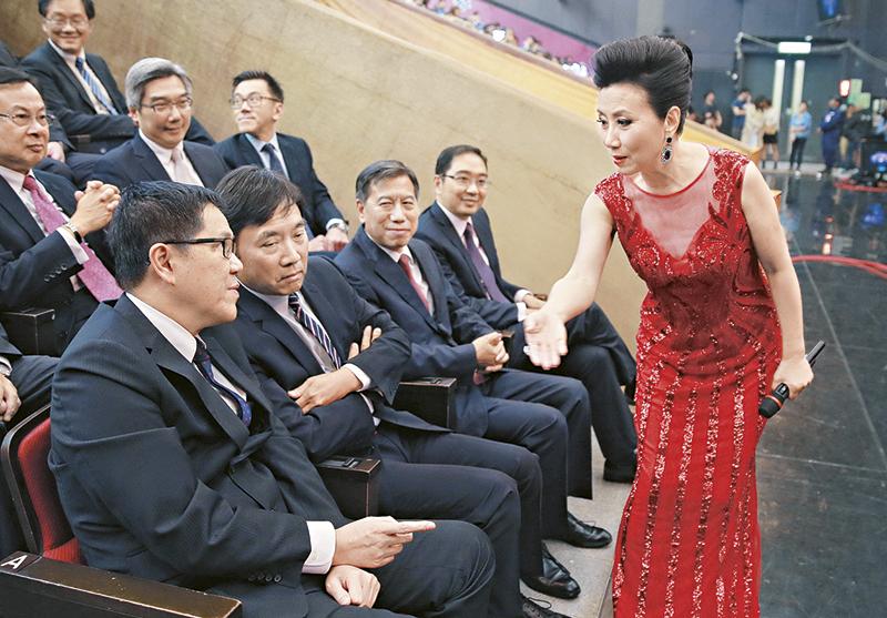 阿姐招呼高层 当晚老板陈国强、李宝安及郑善强等高层都列席,负责招呼他们的重任当然是落在汪阿姐身上。