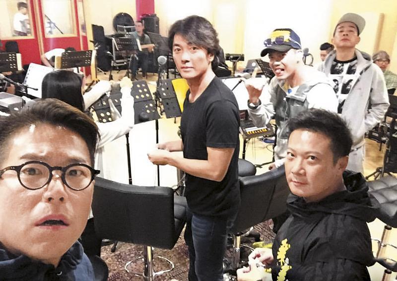 巡回赚人民币 《友情岁月》巡回演唱会近日已去到广州站,一班古惑佬忙于练歌,为个唱作最后的准备。