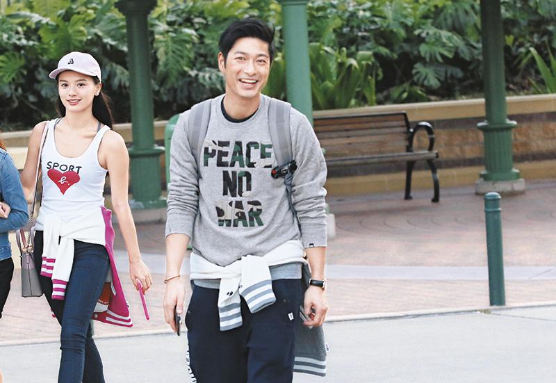 "34E靓模女友 入场后发现记者,王宗尧一反常态红了脸,尴尬连问几次:""那么巧的?""而女友Christy急拉住身旁女友人作掩护。"