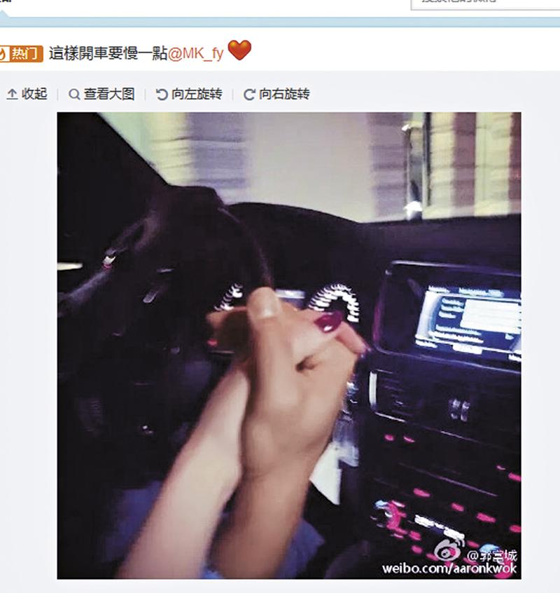 """城城在微博公开恋情,并上载牵手照片,Moka即甜蜜留言:""""慢慢开!""""摆明宣示主权。"""