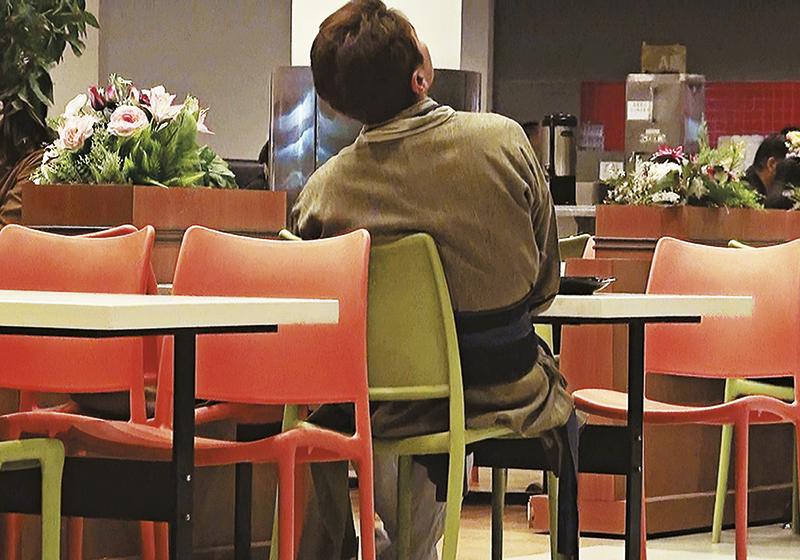 吃饱饭,洪永城不理canteen大庭广众,仰起头睡觉。