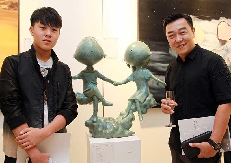 郭亮带儿子郭麦洋出席中国当代艺术家吴琼的画展。