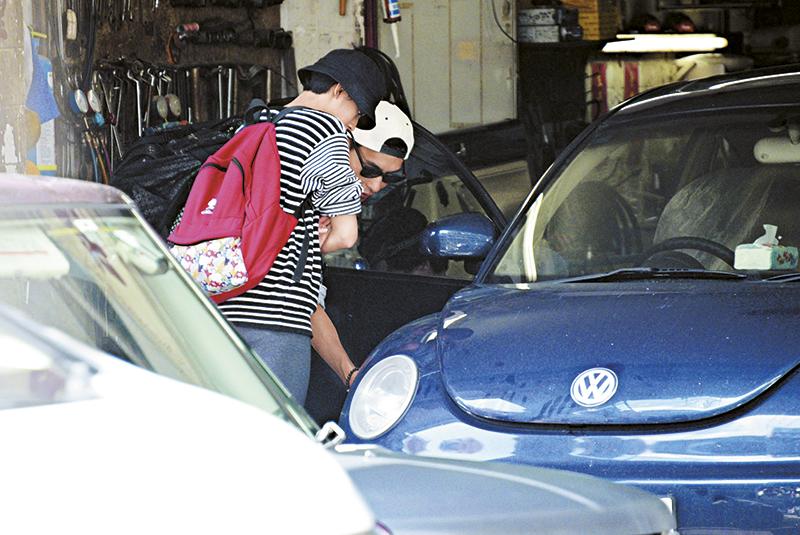 11月18日,陈展鹏与蔡思贝拍拖去九龙城车房修车,两人贴身验车后,陈展鹏更驾蔡的甲虫车回返自己的将军澳维景湾畔寓所。