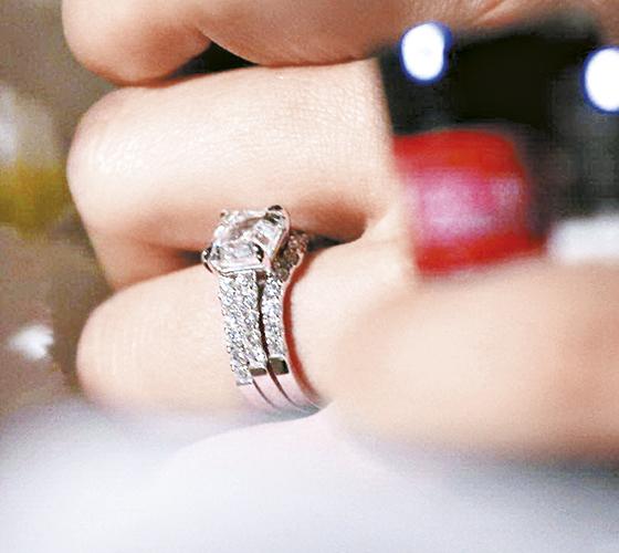 因为自小父母分开,胡杏儿曾表示不太相信爱情。如今披上嫁衣,幸福之情写在胡杏儿脸上,拍单人照时她高举戴上巨型钻戒的左手,闪爆全场。