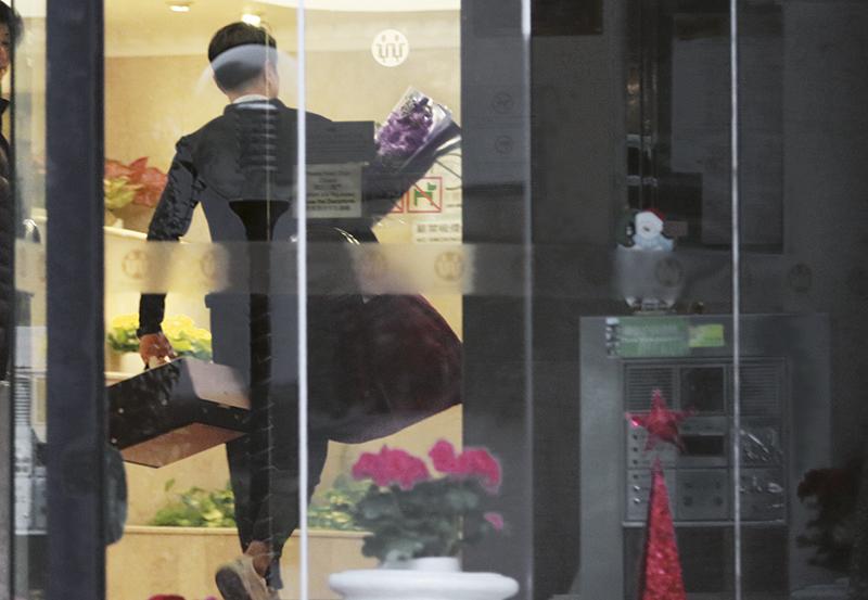 萧正楠收工后,买了蛋糕、鲜花求婚用品,先返回寓所,换好衣服准备晚上向黄翠如求婚。