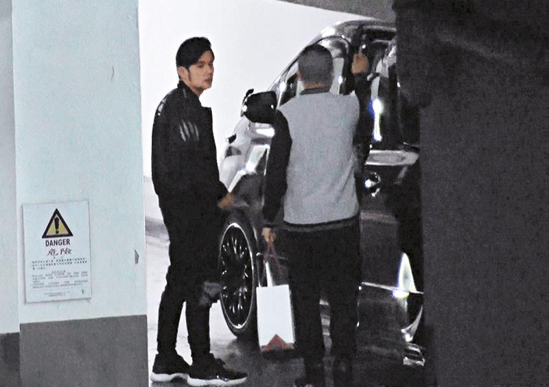周杰伦由停车场驾超跑出入,到试车后随即在停车场上七人车。