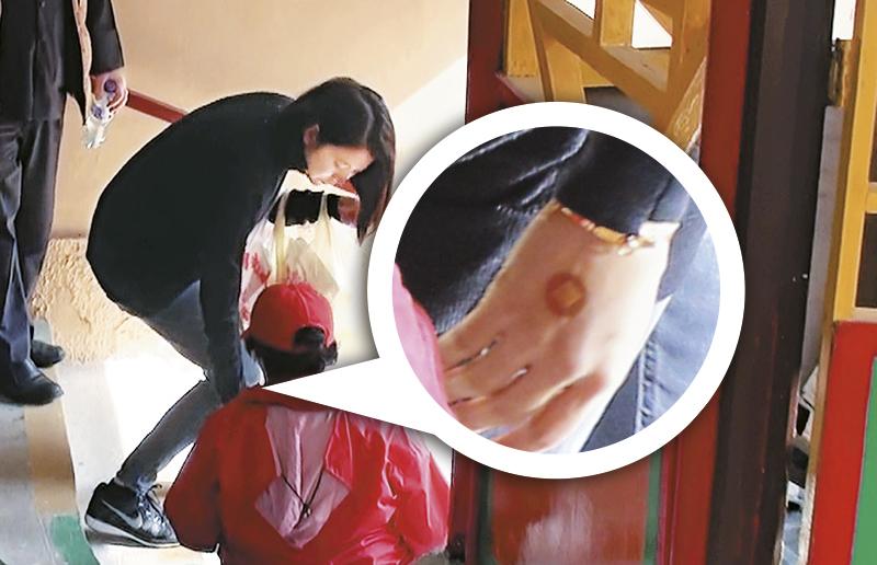 入院验指数 靓靓右手有一块胶布,疑似入院抽血打点滴的痕迹。事后靓靓接受《东方新地》访问时坦白承认刚入医院验甲状腺指数,为怀孕作准备。