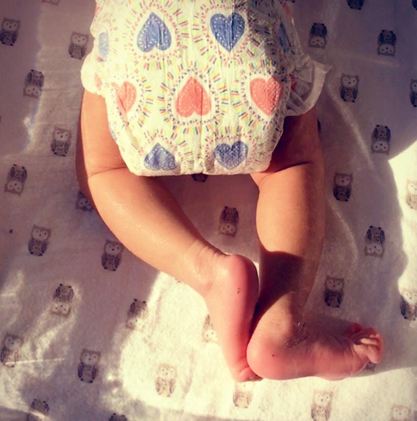 章子怡在微博上po出女儿的小腿照。(取自章子怡微博)