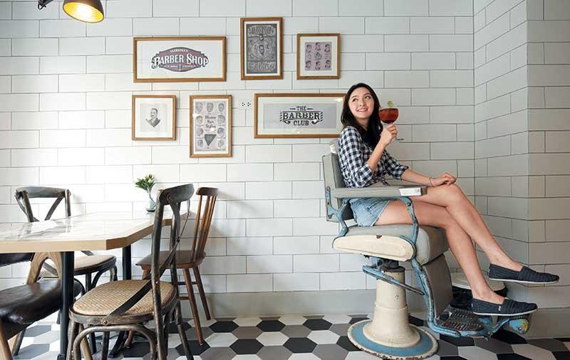 餐厅以美式理发厅做主题,有古董座椅任你坐。