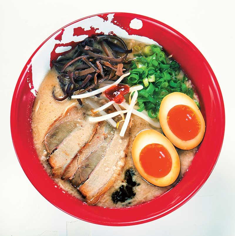 诚屋 830日元 原创牛骨白汤拉面,汤纯白如奶,牛鲜味十足,浓甜,配上自家制蒜油、辣面豉,吊出不同香,吃来味道不单一。