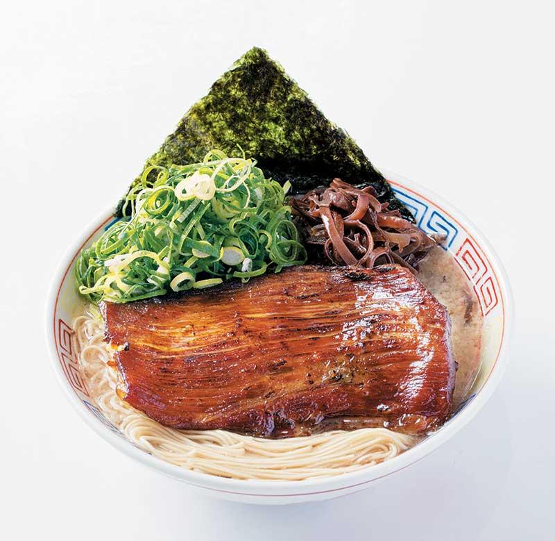 博多达磨 1000日元 最标志的就是那大大块的烧猪面颊肉,曾多次走匀日本各地,出阵拉面博览会,均成为人气第一!只有本店和札幌可吃到,焦香浓厚,有咬口。豚骨汤浓而不会太咸!