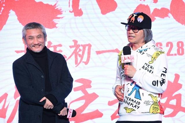 徐克(左)赏脸出镜周星驰新作《美人鱼》。(互联网)