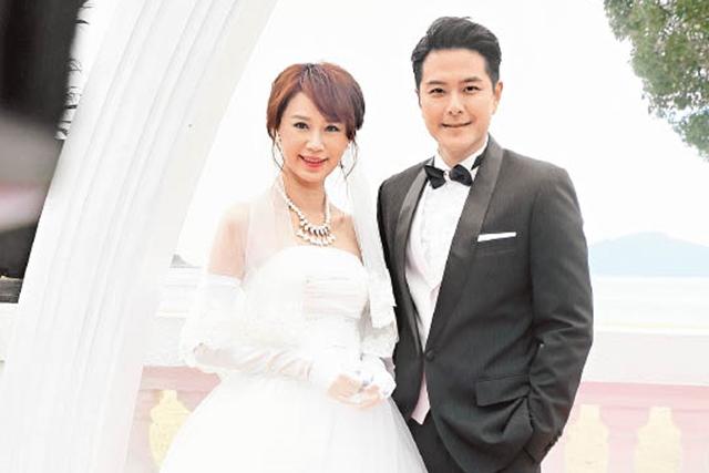 黄翠如(左)和萧正楠日前拍摄《幕后玩家》的婚礼戏。(互联网)