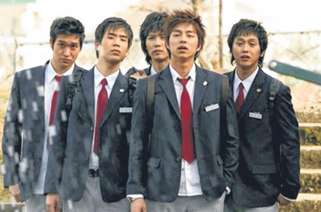 孔侑(右二)在《饼干老师星星糖》演一个爱上女老师的高中生。(互联网)
