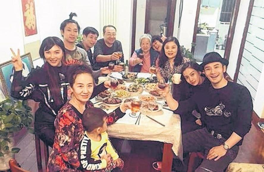 黄晓明(右一)与Baby(右二)和家人拍全家福。(互联网)